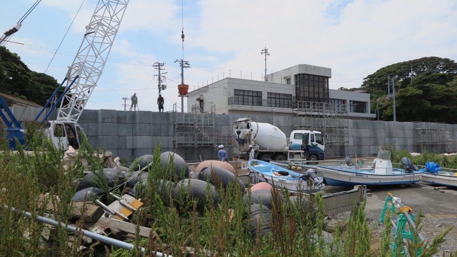 仁斗田港に巨大な防潮堤が出現