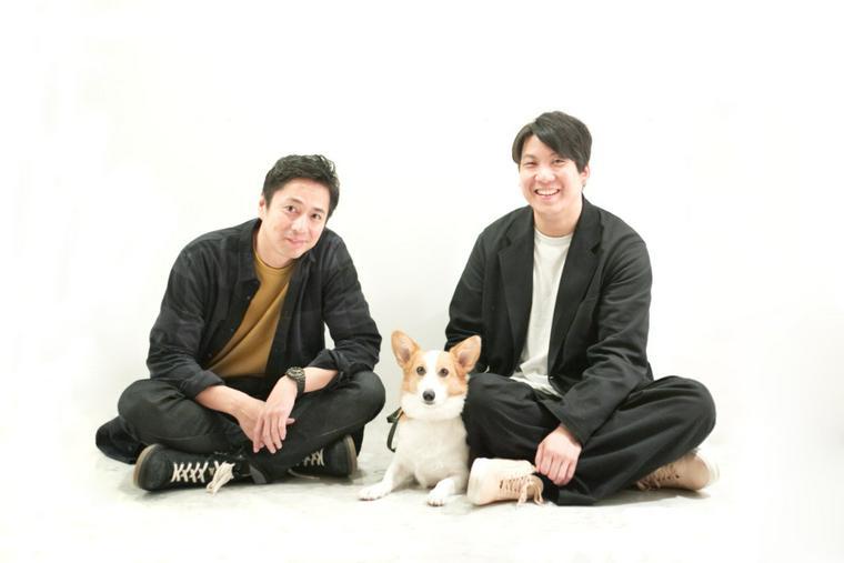 チュートリアルの徳井義実さん、シロップ代表の大久保泰介。中央は大久保の愛犬で社員犬のコルク